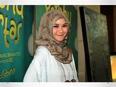 Cara Memakai Jilbab Segi Empat Ala Zaskia Adya Mecca