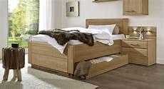 betten landhausstil einzelbett landhausstil mit schubladen eiche teilmassiv