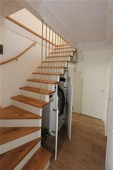 treppen die wenig platz brauchen treppe mit schrank und regale