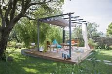 une terrasse en bois au milieu du jardin leroy merlin