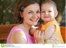 Sohn Besamt Mutter - baby stock photo image of