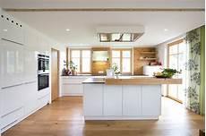 küche mit holz k 252 che wei 223 mit altholzelementen und eichenboden planung