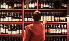 scaffali per enoteca bulzoni dai vini sfusi all enoteca con cucina 90 anni