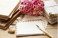 libro lettere d lettere d annata libri e mazzo dei fiori rosa di