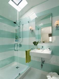 wandgestaltung badezimmer farbe kleines badezimmer mit glasdusche horizontale streifen in wei 223 und mintgr 252 n badezimmer