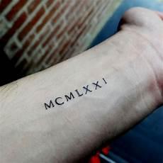 tatouage temporaire discret en chiffres romains d une