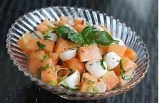 Melonensalat Mit Mozzarella Und Roten Pfefferbeeren