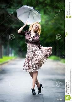 Le Frau Mit Schirm - femme marchant avec le parapluie image stock image