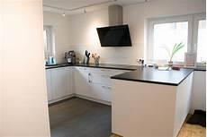 küche matt weiß k 252 che in weiss matt mit steinarbeitsplatte