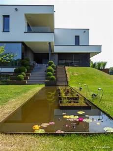 Minimalistische Gartengestaltung Am Hang Mit Wasserbecken