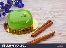 green mirror glaze mousse cake mit winter dekoration und