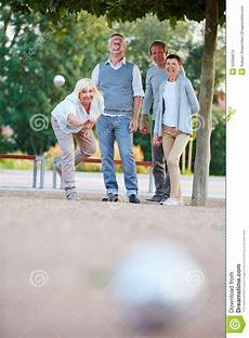 Werfender Der Frau Beim Spielen Boule Stockfoto