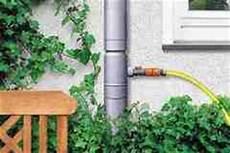 wasserspiele für den garten regenwasser direkt ab dem fallrohr fuer die regenwassertonne sammeln so ist das wasser fuer den