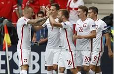5 4 N E Gegen Die Schweiz Polen Zieht Erstmals In Ein Em