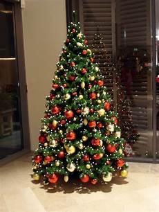 weihnachtsbaum rot silber geschmückt weihnachtsbaum diagonal weihnachtsbaum ideen
