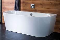 ovale badewannen an der wand und halb freistehende badewannen