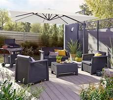 une terrasse composite un parasol et un salon de jardin