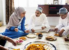 familie goman essen muslim family dinner on the floor stock photo by