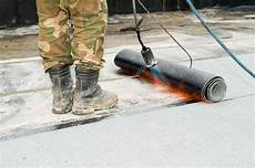 pose de goudron roofing with tar felt and blowpipe stock photo