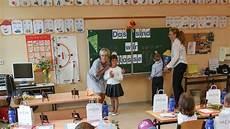 Schulanfang In Deutschland Morgens Acht Uhr Alles Ist