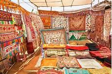 copriletti ricamati tappeti con i modelli tradizionali sul pavimento