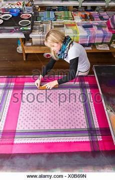 farbe auf stoff blockieren sie drucken fertigen muster mit farbe und