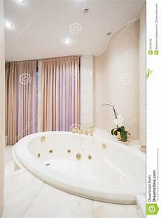 vasca da bagno rotonda vasca da bagno rotonda fotografia stock immagine di vuoto