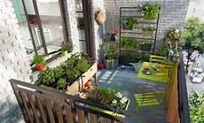 balkon wand gestalten 77 coole ideen f 252 r platzsparende m 246 bel womit sie kokett