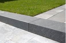 terrassenplatten auf treppe verlegen basalt blockstufen backes
