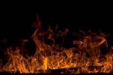 barrière en bois extérieur flammes sur un puits du feu de jardin image stock image