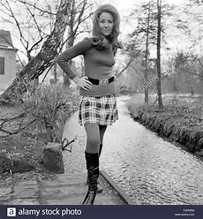 mode damen mode frau im minirock 1968 additional