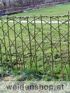 maschendrahtzaun blickdicht machen weidenzaun weidenflechtzaun aus korbweide zaun