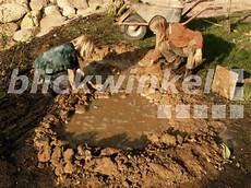 Blickwinkel Kinder Bauen Kleinen Teich Mit Folie Und