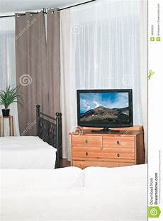 fernseher im schlafzimmer fernseher im schlafzimmer stockbild bild braun 252 berwachungsger 228 t 18563953