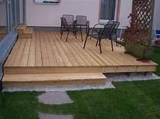 holzterrasse holzterrasse hinterhof und terrasse zaun