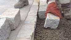 terrassenplatten auf treppe verlegen granitpflaster in beton setzen verlegen