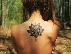Tatouage Haut Du Dos Fleur De Lotus Mandala Tatouage Femme