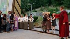 neue wege gehen alte pfade verlassen am donnerstagabend feiert der theaterverein raron mit dem st 252 ck quot tenebrae quot premiere