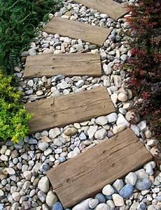 Gartenweg Aus Holz - gartenweg aus holz und kieselsteinen gartenweg natur
