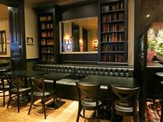 Le Bar Avec 8 Bi 232 Res 224 La Pression Et 17 En Bouteilles