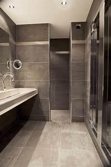 une salle d eau de caract 232 re avec ce look minimaliste brut