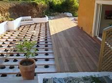 terrasse en bois ou carrelage dalles c rmiques pour terrasse sur plots maison begge