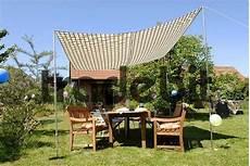 überdachter sitzplatz im garten mit sonnensegel ueberdachter schattiger sitzplatz im