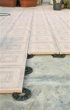 pavimenti per terrazzi esterni galleggianti pavimentazioni per esterni immagini aci coperture dei