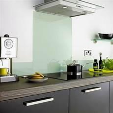 spritzschutz glas küche k 252 chenr 252 ckwand aus glas der moderne fliesenspiegel sieht