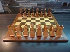 ausgefallene alte schachfiguren aus holz mit schachbrett