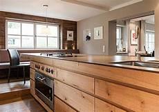freistehende kochinsel mit fronten aus holz kitchen and