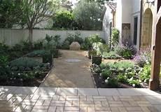 Mediterranen Garten Gestalten - formal mediterranean garden with small