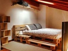 bett aus paletten bauen bett aus paletten 32 coole designs diy pallet bed pallet bed with lights pallet beds