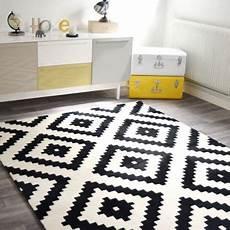 tapis graphique noir et blanc 160 x 220 cm 192